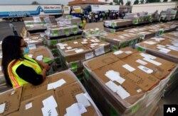 5일 미국 캘리포니아주 산타아나에서 연방우정국 관계자들이 유권자들에게 보낼 우편투표 용지를 준비하고 있다.