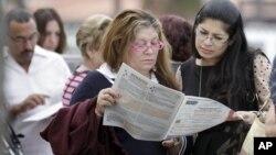 佛罗里达州选民周二在阅读选举文件