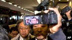 지난해 10월 중국 베이징 공항에서 북-일 협의를 마치고 귀국길에 오른 일본 외무성의 이하라 준이치 아시아대양주 국장이 취재진에 둘러싸여 있다. (자료사진)