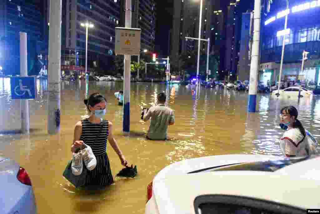 شدید بارش کے باعث اہم شاہراہوں پر پانی کھڑا ہوگیا ۔ لوگوں کو جان بچانے کے لیے محفوظ مقامات پر پناہ لینی پڑی۔