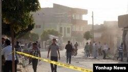 시리아의 포격으로 피해를입은 터키 마을