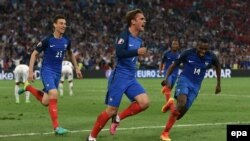 L'équipe de la France lors de l'UEFA EURO 2016 au Stade Vélodrome de Marseille, France 15 Juin ici 2016. epa/ PETER POWELL