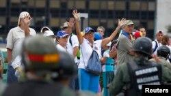 Pasukan keamanan Venezuela menghadang protes kelompok rotes pada pemungutan suara hari Minggu (30/7).