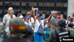 Manifestan anti-gouvènman venezuelyen an ki fas-a-fas ak Gad Nasyonal Bolivaryèn nan Karakas. 30 jiyè 2017. Foto REUTERS/Christian Veron.