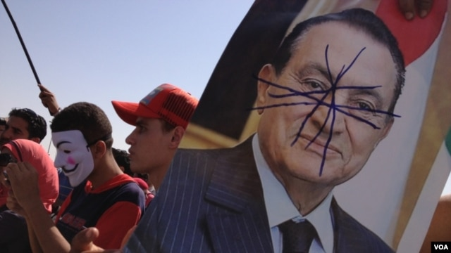 Crowds outside the court in Cairo as Mubarak's sentence was announced Saturday, June 2, 2012 (VOA - Y. Weeks)
