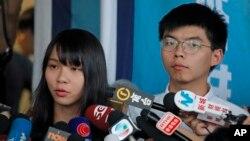 홍콩 경찰에 체포됐다 보석으로 석방된 조슈아 웡 씨와 아그네스 초우 씨가 30일 오후 법원 앞에서 기자회견을 하고 있다.