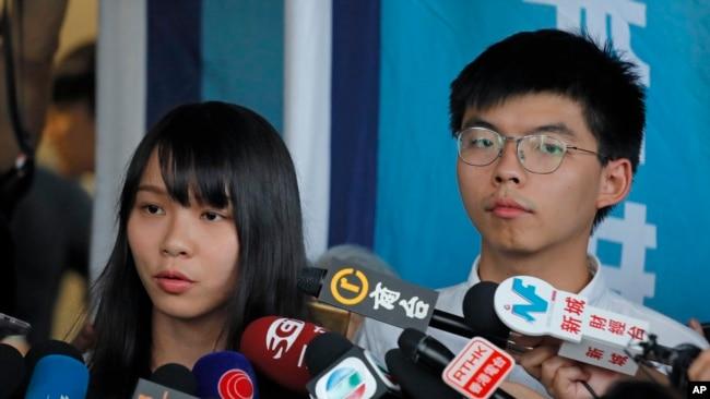 香港眾志成員黃之鋒和周庭或保釋後在地區法院外對媒體發表講話。 (2019年8月30日)