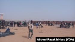 Les migrants expulsés d'Algérie se plaignent des conditions dans le camp de transit à Agadez, au Niger, le 9 décembre 2016. (VOA/Abdoul-Razak Idrissa)