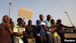Pekerja tambang platina Marikana di Lonmin, Afrika Selatan, berdemonstrasi menentang polisi. (Foto: Dok)