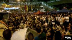 Studenti tokom večerašnjeg protestnog okupljanja