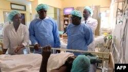 Abdoulaye Balde, 2e personne à gauche, est le maire de la région sud de Ziguinchor, en visite à l'hôpital, le 7 janvier 2018.