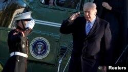 3일 플로리다주 팜비치를 방문하고 백악관에 돌아온 도널드 트럼프 대통령이 전용헬기 마린원에서 내리고 있다.