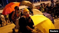 香港一名抗议者星期六(9月28日)在立法会外抗议。路透社