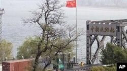 북중 국경지역을 지나는 중국 화물차. (자료사진)