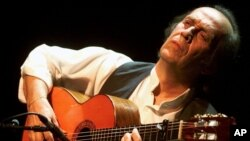 Gitaris Spanyol Paco de Lucia saat tampil di panggung Stravinski Hall dalam Montreux Jazz Festival ke- 35th di Montreux, Swiss (Foto: dok).
