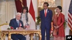 Wakil Presiden AS Mike Pence bersama istri, Karen mengisi buku tamu di Istana Merdeka disaksikan Presiden Jokowi dan Ibu Iriana. Kamis 20/4/2017