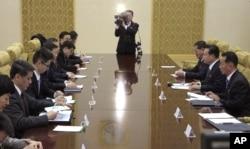 지난 17일 시진핑 특사로 북한을 방문한 쑹타오 중국 공산당 대외연락부장(왼쪽 네번째)이 최룡해 북한 노동당 부위원장(오른쪽 두번째)과 평양 만수대 홀에서 만나 회담을 가졌다.