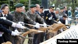 18일 한국 경북 칠곡군 다부동전적기념관에서 열린 2014년도 6·25 전사자 유해발굴 개토식에서 참석자들이 첫 삽을 뜨고 있다.