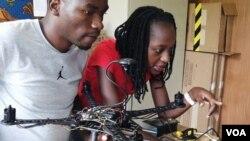 Karen Asaba (kanan) dari Uganda adalah satu dari 26 siswa di Akademi Drone dan Data Afrika di Malawi. (Foto: VOA/Lameck Masina)