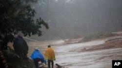 """""""伊塔""""飓风在危地马拉造成塌方,道路受阻(2020年11月7日)"""