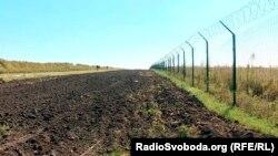 Забор на границе Украины с Россией в районе Харьковской области