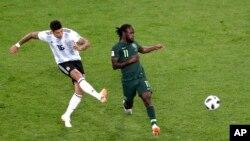 Marcos Rojo wa Argentina akifunga bao la ushindi dhidi ya Nigeria