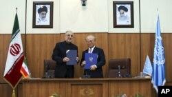 Директор Агентства по атомной энергии Ирана Али Акбар Салехи с главой МАГАТЭ Юкио Амано. Тегеран. Иран. 11 ноября 2013 г.