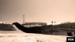 El proyecto establecía vallas de 9,14 metros de altura en diversos puntos fronterizos que registran paso de inmigrantes, y después en donde no existen en zonas a lo largo de la frontera de 603 kilómetros.