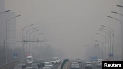 La contaminación afecta la visibilidad en una autopista de Beijing, China, el 13 de febrero de 2021.