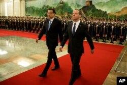 中国总理李克强和俄罗斯总理梅德维耶夫在北京人民大会堂的欢迎仪式上(2015年12月17日)