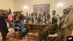 طالبان کابل کے صدراتی محل میں اپنی تصاویر بنوا رہے ہیں۔ 15 اگست 2021