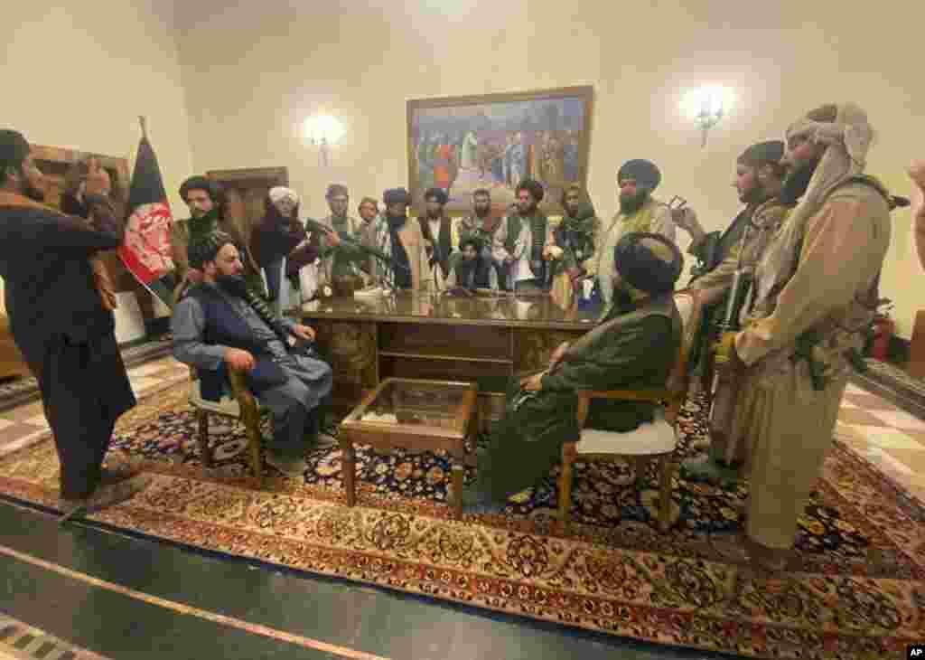 Taleban militanlarını Afganistan'ın başkenti Kabil'de Cumhurbaşkanlığı Sarayı'nda olduğunu gösteren görüntüler kamuoyuna yansıdı