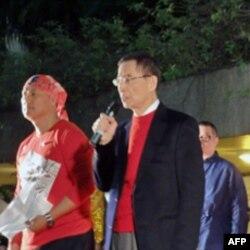 李柱铭(右)在造势晚会上讲话