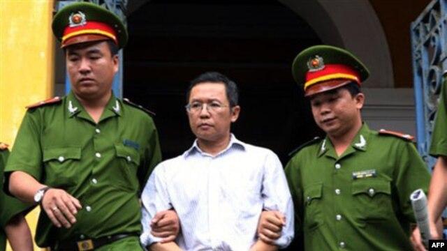 Nhà hoạt động Phạm Minh Hoàng tại tòa sơ thẩm tháng 8/2011