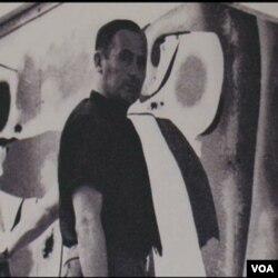 Joan Miro pored jedne od svojih slika