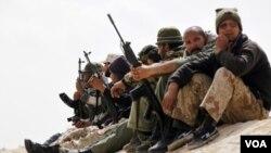 Para tentara pemberontak Libya siaga di dekat kota Brega, Libya timur.
