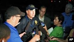 Cảnh sát trưởng Aurora Daniel Oates nói chuyện với báo giới tại hiện trường sau vụ nổ súng