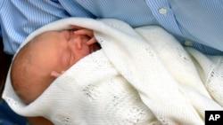 Pkecil kecil di AS menjadi pusat perhatian karena menjadi pemasok pembungkus tubuh pangeran George Alexander Louis (23/7).