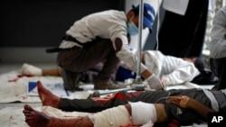 9일 예멘 사나에서 반정부 시위대가 경찰의 발포에 부상을 입고 병원으로 이송됐다.