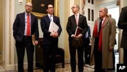 Bộ trưởng Tài chính Mỹ Steve Mnuchin (thứ 2, từ trái sang) tiếp xúc truyền thông trước buổi họp với các thành viên Cộng hòa tại Thượng viện vào ngày 16/3/2020.