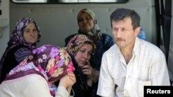 Karadon Madeni'nde yakınlarının çıkarılmasını bekleyen aileler