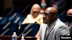 Philonise Floyd, ti frè George Floyd, ki t ap fè depozisyon li devan Komisyon Afè Jidisyè Chanm Depite ameriken an mèkredi 10 jen 2020 an.