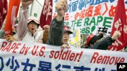 Protes anti kehadiran tentara AS di Okinawa setelah adanya tuduhan perkosaan yang dilakukan tentara AS terhadap seorang gadis Jepang berusia 14 tahun pada tahun 2008 (foto: dok).