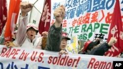 지난 2008년 3월 일본 오키나와 주둔 미군의 일본 여중생 성폭행 사건에 항의해 벌어진 시위. (자료 사진)