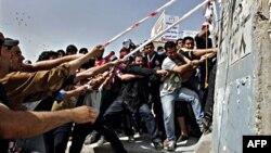 """Demonstranti u Bagdadu obaraju betonsku šok-barijeru na prilazima takozvanoj """"Zelenoj zoni"""""""