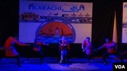 کراچی بین الاقوامی کانفرنس میں شیما کرمانی کلاسیکل رقص پیش کرتے ہوئے