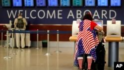 亚特兰大国际机场的出港大厅,一名旅客正在办理值机手续。(资料照片,2017年11月22日)