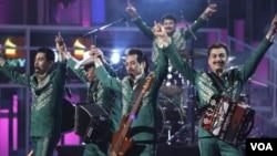Los Tigres del Norte durante la novena versión de los premios Grammy Latinos en Houston, 2008.