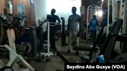 Salle de musculation Bene Tally-Dakar, à Dakar, le 13 juin 2017. (VOA/Seydina Aba Gueye)