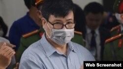 Ông Trương Duy Nhất ra tòa ngày 9/3/2020. Photo Tuổi Trẻ Online.